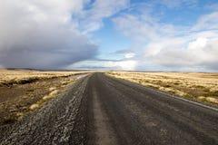 Schotterstraße durch das Lager (Landschaft) Ost-Falkland, Falkla Lizenzfreie Stockfotos