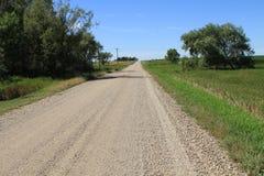 Schotterstraße an einem teils bewölkten South- Dakotatag Stockfotos