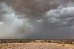 Schotterstraße unterwegs zur namibischen Wüste mit extrem drastischem Himmel, Sturm stockfotos