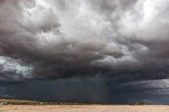 Schotterstraße unterwegs zur namibischen Wüste mit extrem drastischem Himmel, Sturm stockfotografie
