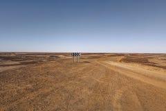 Schotterstraße weg von der Oodnadatta-Bahn im Hinterland von Süd-Australien nahe See Eyre lizenzfreie stockfotos