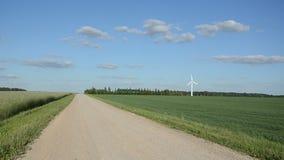 Schotterstraßewindkraftanlage stock video