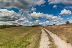 Schotterweg in der Tschechischen Republik Wolken vor dem Gewitter Sommertag in der Landschaft Stockbild
