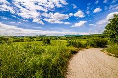 Schotterweg die Hügel von Toskana und von Romagna Apennines lizenzfreie stockbilder