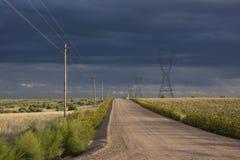 Schotterweg im östlichen Kolorado-Grasland Lizenzfreie Stockfotos