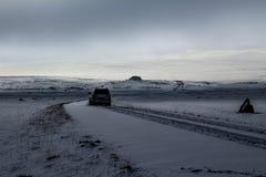 Schotterweg-/Jeepbahn mit einem Jeepschattenbild stockfotografie