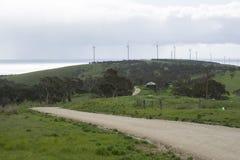 Schotterweg, Ozean und Windkraftanlagen, Fleurieu-Halbinsel, Südau Lizenzfreie Stockfotos