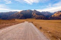 Schotterweg und Berge Stockfotos