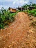 Schotterweg und Haus auf Berg Doi Luang bei Chiang Dao lizenzfreie stockbilder