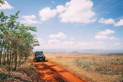 Schotterweg unter großem Himmel stockfotografie