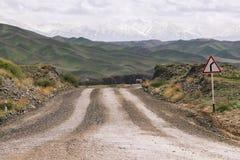 Schotterweg zu den Bergen Lizenzfreies Stockfoto