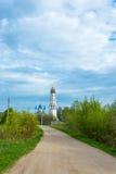Schotterweg zur Kirche des heiligen Erzengels Michael und das BO Stockfotografie