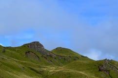 Schottische Hochländer mit dem Rollen von grünen Hügeln lizenzfreie stockbilder