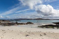 Schottische Insel des weißen Sandstrandes britischer innerer Hebrides Ansicht Iona Scotlands zur Insel von Mull Stockfotos