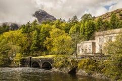 Schottische Landschaft mit Wasserkraftwerk lizenzfreie stockfotografie