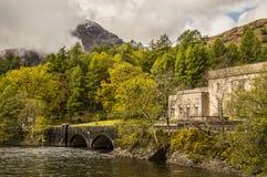 Schottische Landschaft mit Wasserkraftwerk lizenzfreies stockbild