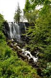 Schottische Landschaften - Wasserfall in Aros Forest Park stockbilder