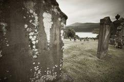 Schottischer Friedhof und Loch Ness im Sepiaton Lizenzfreie Stockfotografie