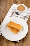 Schottischer Keks auf einer Platte und einer Schale schwarzem Tee Lizenzfreie Stockfotos