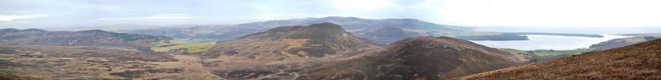 Schottischer Loch in den schottischen Hügeln - panoramisch Stockbild