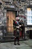 Schottischer Mann, der Dudelsack an Edinburgh-Schloss spielt stockbilder