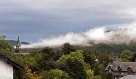 Schottischer Nebel - Ansicht über Aberfeldy, Schottland lizenzfreies stockbild