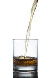 Schottischer Whisky, der aus Glas heraus spritzt ein getrennt worden Lizenzfreie Stockfotos
