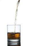 Schottischer Whisky, der aus Glas heraus spritzt ein getrennt worden Lizenzfreie Stockfotografie