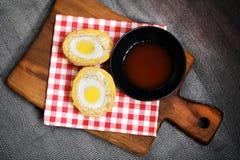 Schottisches Ei im Fleisch und mit Soße des scharfen Paprikas paniert Stockfotografie