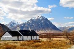 Schottland: Hochländer mit Häusern lizenzfreie stockfotografie