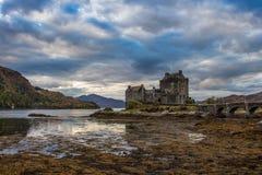 Schottland-Hochländer ziehen sich altes Stadtsee Loch Ness Chateau Ecosse Eileen Donan zurück stockbild