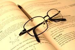 Schouwspel en een boek stock afbeeldingen