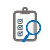 Schowek z magnifier symbolizuje oceny listę kontrolną Obrazy Stock