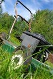 Schräg gelegener Rasenmäher Lizenzfreie Stockfotos
