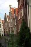 Schräge Häuser in Blokzijl, die Niederlande. Stockfoto
