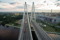 Schrägseilbrücke über dem Neva-Fluss Lizenzfreie Stockfotografie