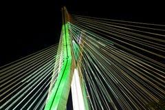 Schrägseilbrücke beleuchtet mit LED-Lichtern stockfotografie