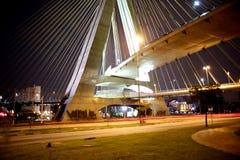 Schrägseilbrücke belichtet nachts stockbilder
