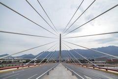 Schrägseilbrücke in Monterrey mexiko lizenzfreie stockfotos