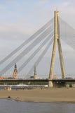Schrägseilbrücke und der Strand in Riga, Lettland stockfotos