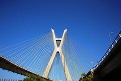Schrägseilbrücke verschob auf Kabeln an einem sonnigen Tag stockbild