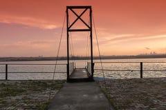 Schrägseilbrückeschiffsdock und -sonnenuntergang Stockfotografie