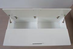 Schrank auf der Wand (öffnen Sie sich) Stockbild