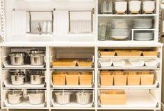 Schrank für Teller mit sauberem Geschirr auf der Küche Lizenzfreies Stockbild