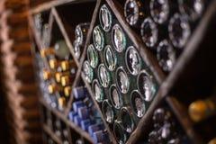 Schrank von Flaschen von Wein winebottles warehouaw Keller lizenzfreie stockfotos