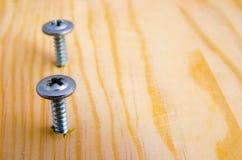 Schraube im Brett Stockfoto