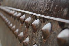 Schrauben auf alter Bergwerksausrüstung Stockbilder