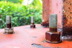 Schrauben, damit niedrige Beiträge die Struktur verstärken Stockbilder