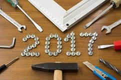 2017 Schrauben des neuen Jahres am hölzernen Hintergrund Stockbild