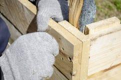 Schrauben einer Schraube in das Holz stockfotografie